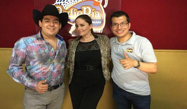 ELSA RÍOS Y GABRIEL VIVAL EN LA CABINA DE RADIO PÍA