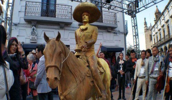 A DOS DÍAS DE LA DEVELACIÓN LA ESTATUA DE VICENTE FERNÁNDEZ FUE «CLAUSURADA»